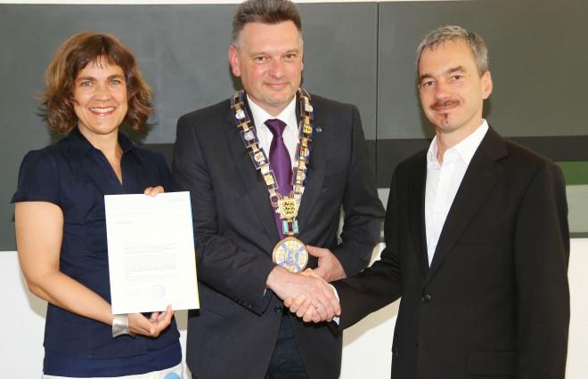 Oberbürgermeister Norbert Zeidler überreicht uns ein Empfehlungsschreiben der Stadt Biberach