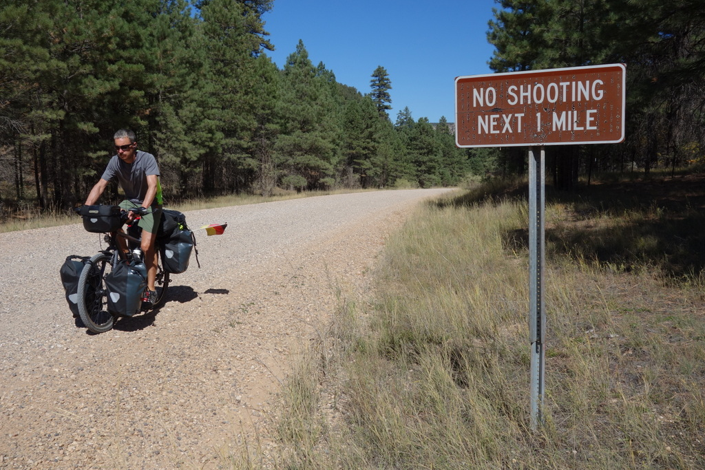 Ein Schild auf 50 Meilen Schotterpiste
