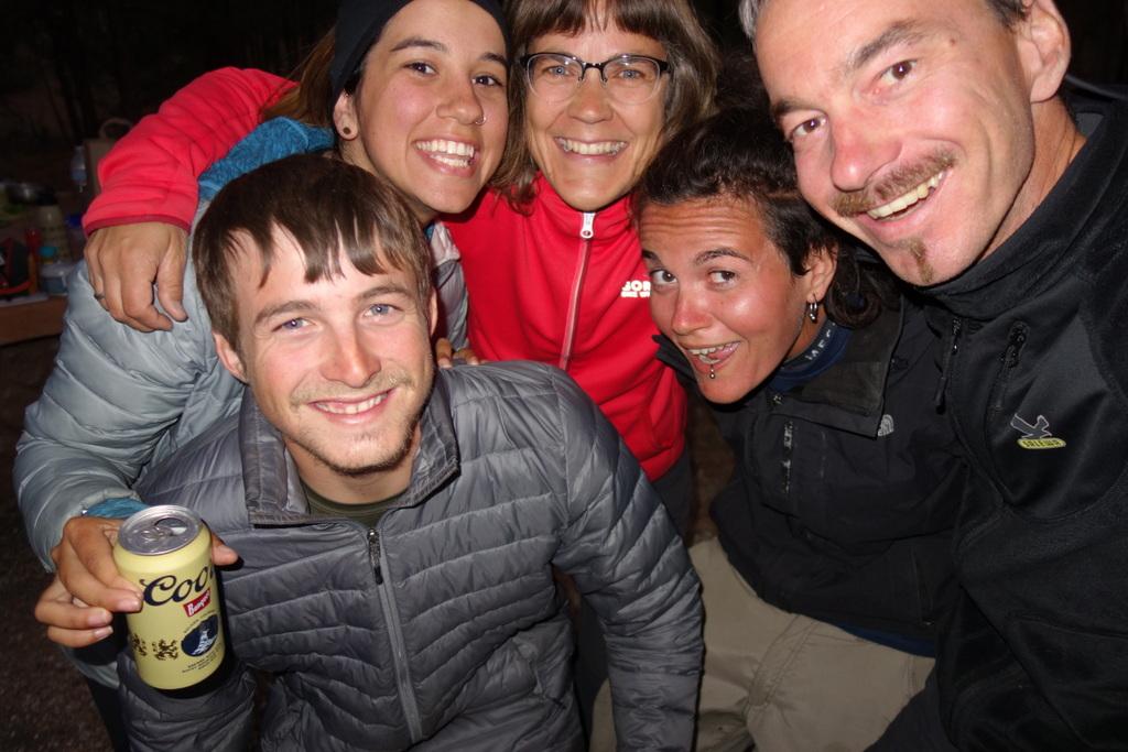 Weltumspannende Radfahrerfamilie am Lagerfeuer: Alessandra, Lauren und Nick