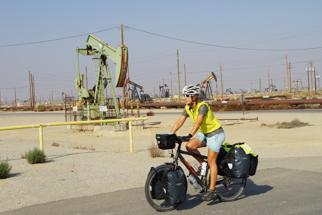 Bakersfield Ölfeld direkt in den Obstanbaufeldern