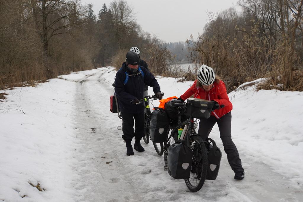 Vereiste Radwege an der Iller gehörten auch zu den Bedingungen der winterlichen Alpenüberquerung