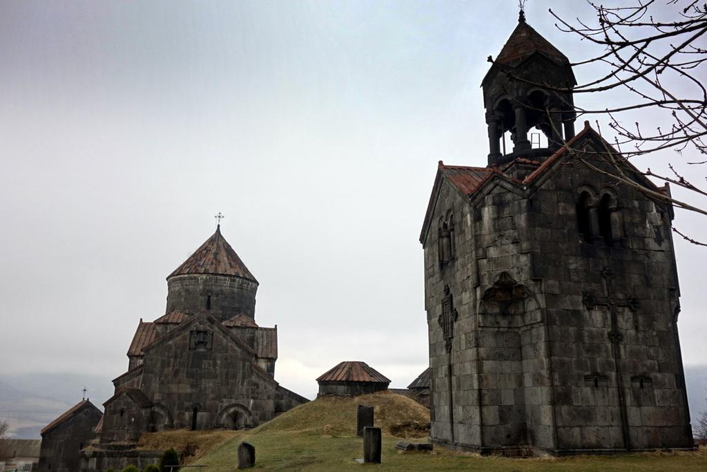 Das 1000 Jahre alte Kloster Haghpat im Abendnebel.