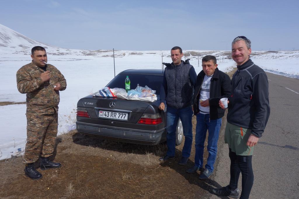 Vom Major und seinen Soldaten eingeladen auf Kebabbrötchen mit Wein und Vodka aus Bergkarabach.