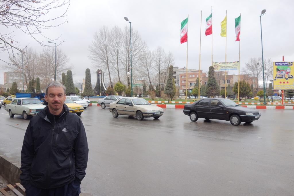 Hier in Mahabad auf dem Tschuar-tschira-Platz wurde der bisher letzte kurdische Nationalstaat 1946 ausgerufen der ebenfalls hier ein knappes Jahr später mit der Hinrichtung seiner Führer endete.
