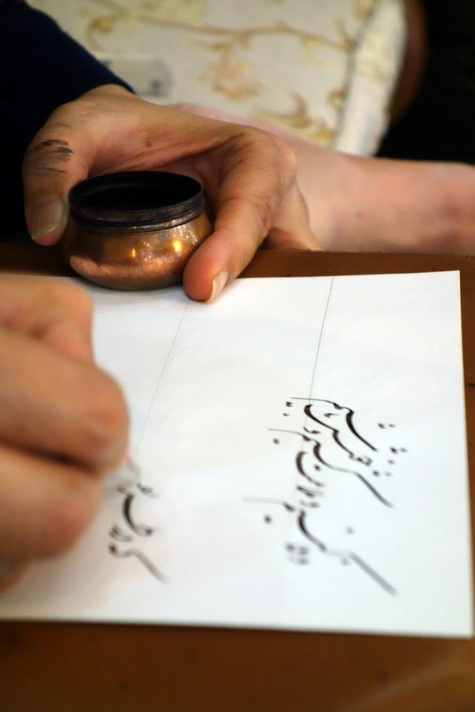 """Die Mutter unserer Gastgeberfamilie schreibt für uns eine Gedichtzeile auf von Hafis, dem berühmtesten iranischen Dichter: """"Wenn ich reise, reise ich nicht mit den Füßen, ich reise mit dem Herzen."""""""