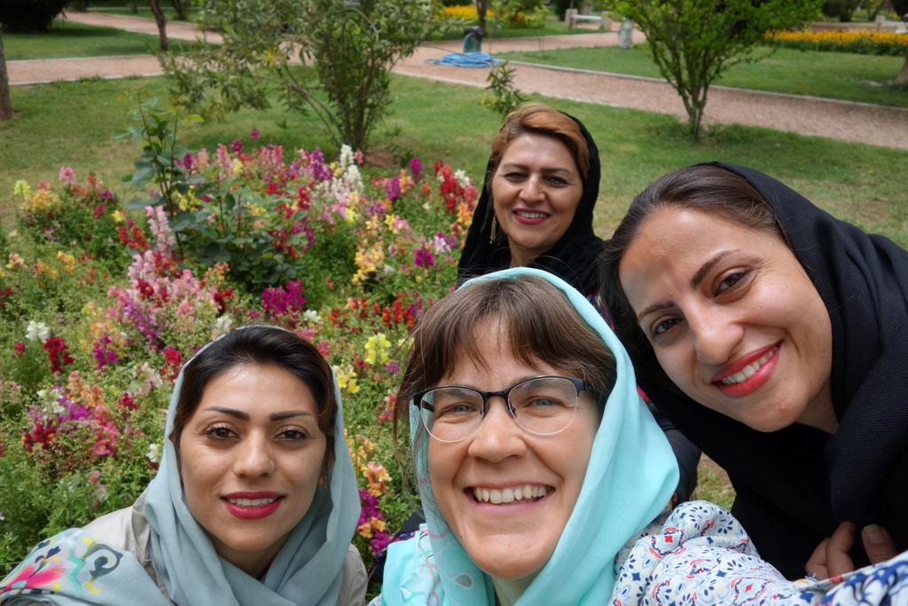 """Fatima, Nooshine und ihre Mutter, die """"Blume"""" heißt. (Das Tragen eines Kopftuchs ist für Frauen im Iran übrigens gesetzlich vorgeschrieben)."""