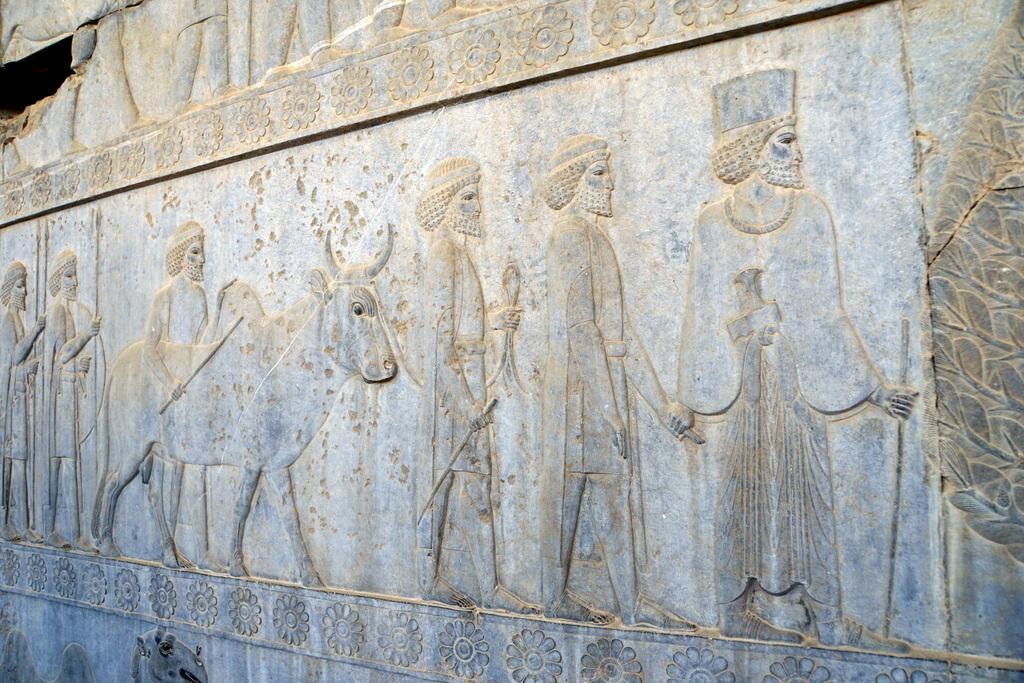 Persepolis: die verschiedenen Völker pilgern zum König des persischen Großreiches. Uns faszinierte besonders: Viele kamen auf demselben Weg, den auch wir nahmen; die Armenier, die Nordiraner, die Turkmenen und Usbeken. Wir wissen, wie mühsam und weit der Weg wohl damals war.