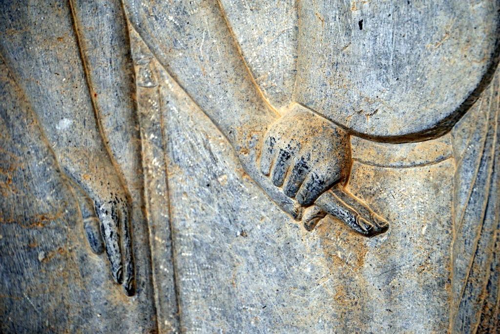 Einzigartig und bewegend: die persischen König stellten ihre Großartigkeit nicht durch Schlachtensiege dar, sondern gerade in der Friedlichkeit, in der die Völker vor ihnen aufmarschieren. Auch heute halten viele Freunde allen Alters auf den Straßen Händchen - ein schönes Bild für uns.