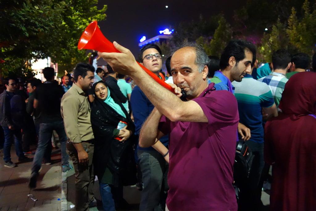 Mahmoud leiht sich die Trompete eines Raisi-Anhängers aus.