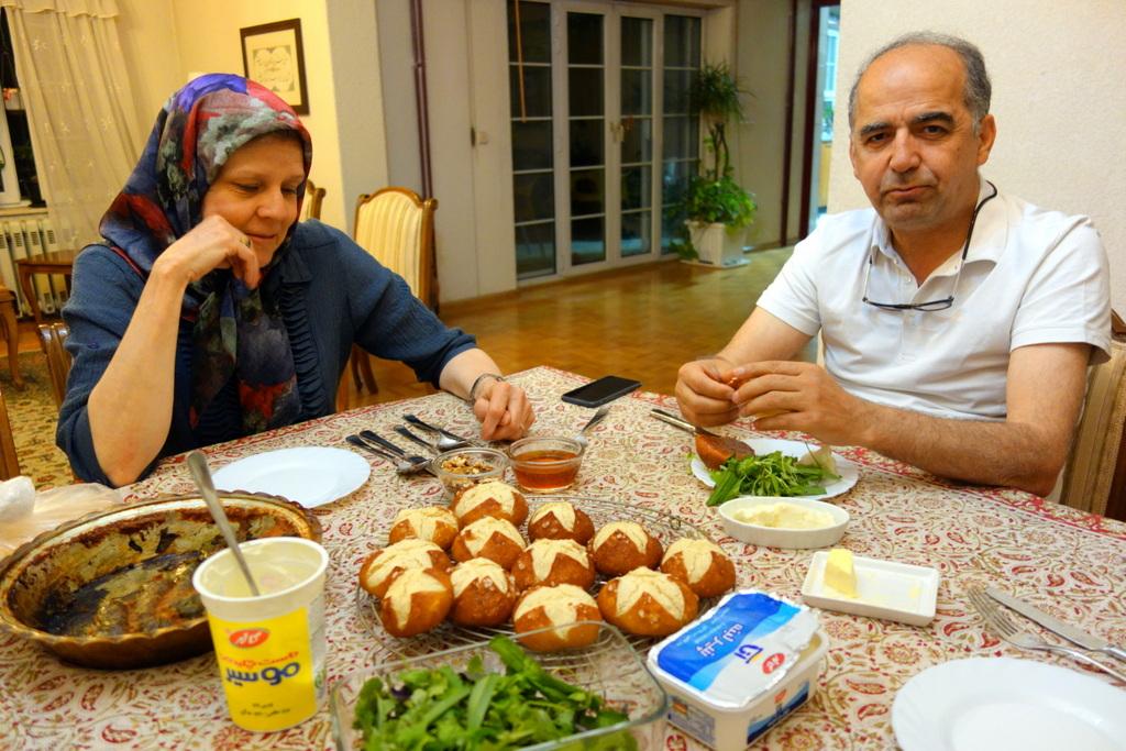 Marianne hat Laugenweckle für uns gebacken. Laugenweckle in Mashad!