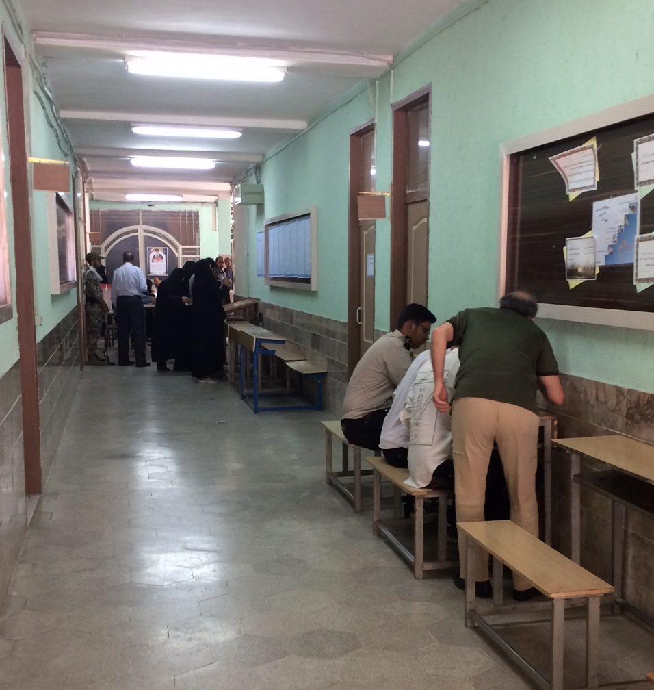 Beim Abgeben der Stimme in einer Mädchengrundschule im Westen von Mashad.