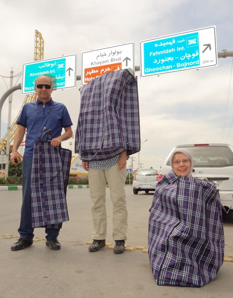 """Die von uns so geschätzten """"Türkentaschen"""" gibt es auch in Mashhad. Man kann sie für so viel verwenden. Auch, um unsere 12 Fahrradttaschen etwas übersichtlicher für das Flugzeug zu ordnen. Oder um gute Laune auf der Stadtautobahn zu demonstrieren."""