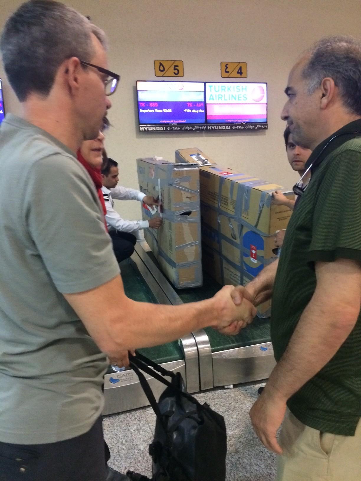 Am Ende schafften wir es nur knapp dank der Hilfe unserer iranischen Familie, die alles in Bewegung setzte. Schließlich der Handschlag: geschafft! Jetzt erstmal Urlaub!