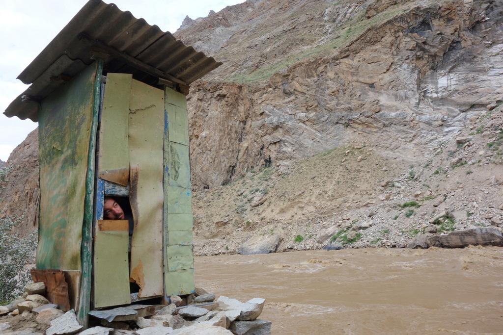 Toilette mit Schaufenster nach Afghanistan auf der exakt richtigen Höhe.