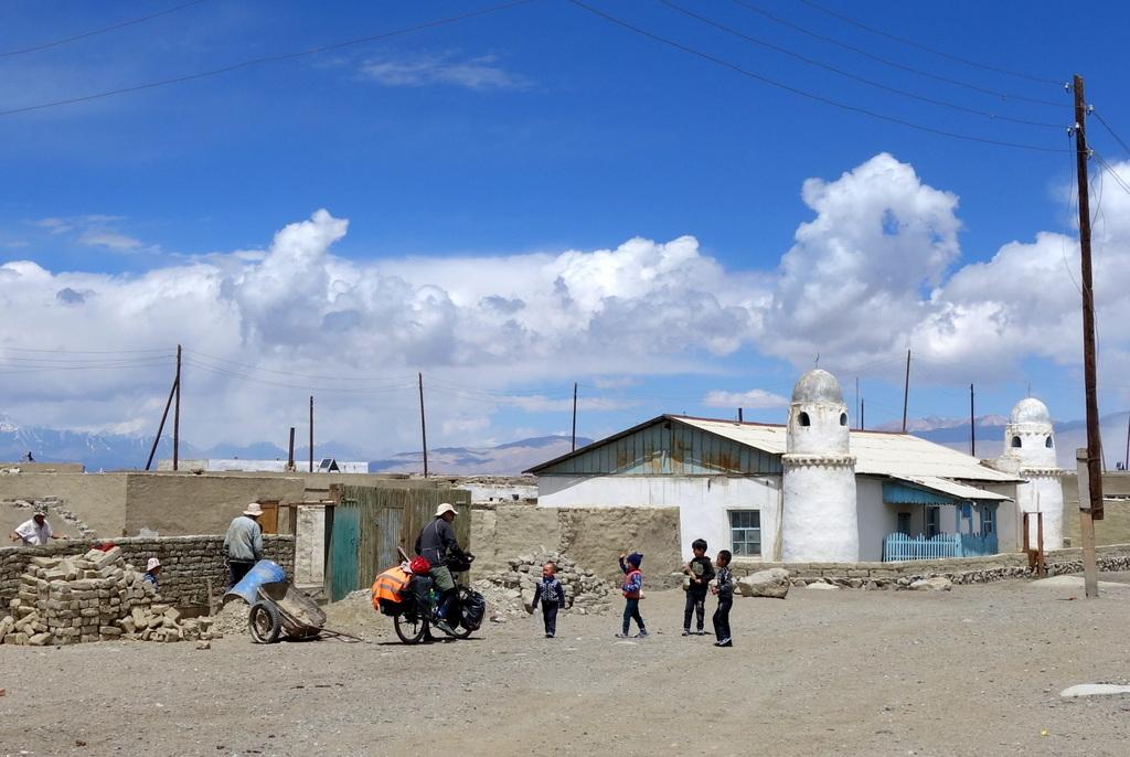 Auf der Suche nach dem Dorfladen in Karakol