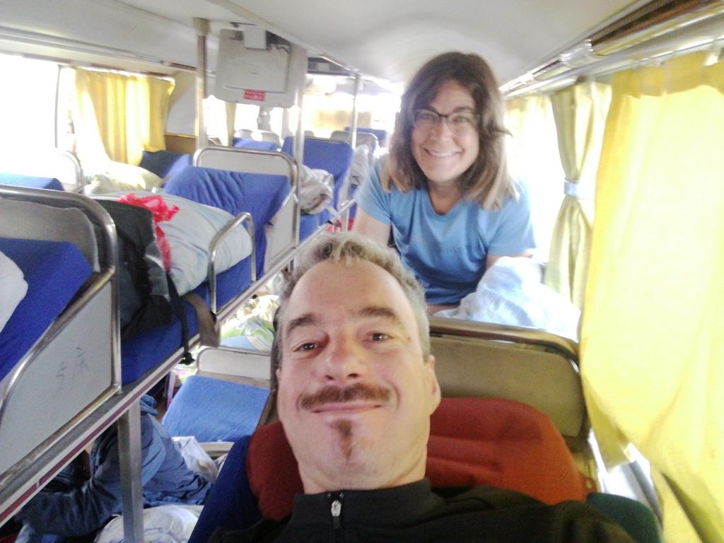 Glücklich endlich im stinkigen Sleeperbus nach Golmud zu liegen - aber leider nicht lange...