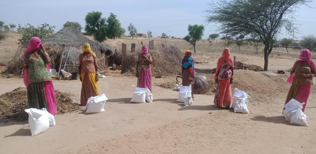 Je ein Nothilfepaket pro Familie. Hier treffen sich die Frauen und werden von den Mitarbeitern von GRAVIS über die wichtigsten Hygieneregeln zum Schutz vor Covid unterrichtet.